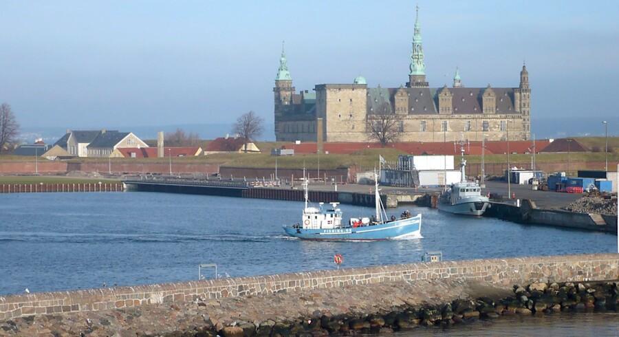 Helsingør. Lystfiskere på vej ud af havnen, i baggrunden ses Kronborg.