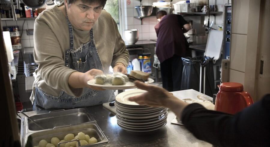 En solid portion mad langes over disken på Kirkens Korshærs varmestue Stubben – et af de steder, som trækker på danskernes voksende interesse for frivilligt arbejde.