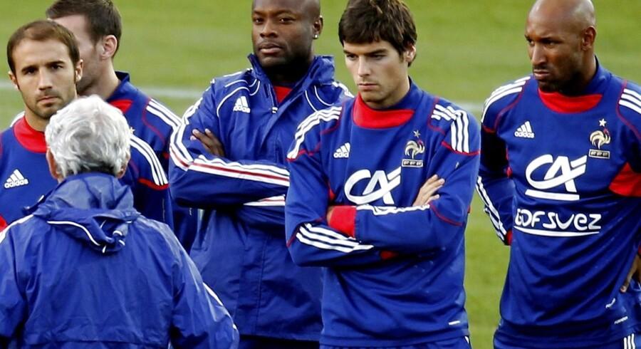 Anelka (th) med Frankrigs landshold i 2010. Nu skifter angriberen til indisk fodbold.
