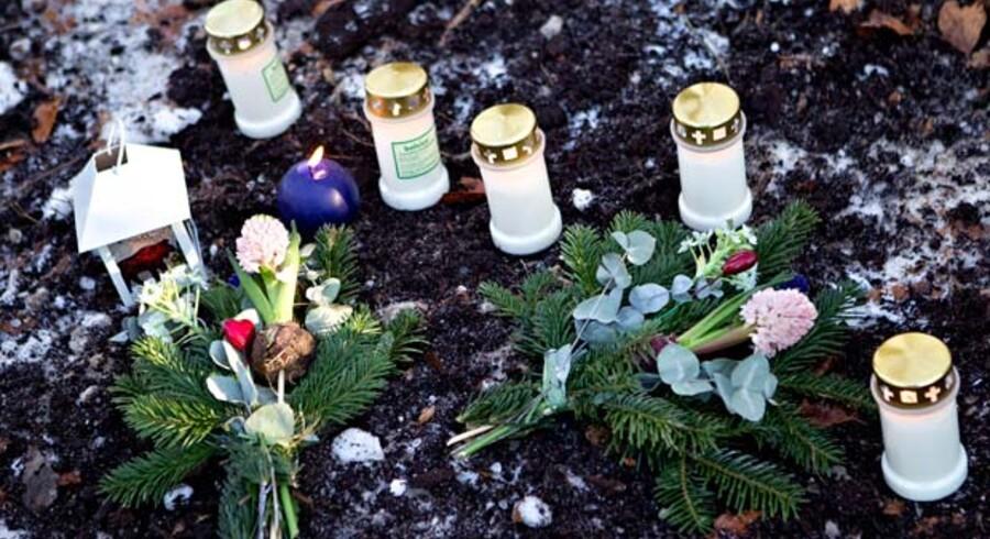 Der blev i går tændt lys og lagt blomster ved rideskolen, hvor en af politiets hundeførere lørdag aften fandt et lig, som politiet formoder er Lisa Sofie Engelhardt Andersen.