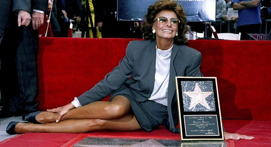 Den dengang 60-årige Loren var ikke bleg for at vise ben, da hun i 1994 indviede sin egen stjerne på Hollywood Walk of Fame. Arkivfoto: Fred Prouser