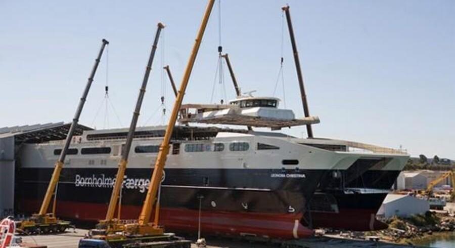 Byggeriet af »Leonora Christina« skrider støt fremad på Austalværftet i Australien. Forleden blev færgen rullet ud i fri luft, hvor brodækket blev hejst på plads. Som man kan se, er navnet allerede trykt forrest på færgen.
