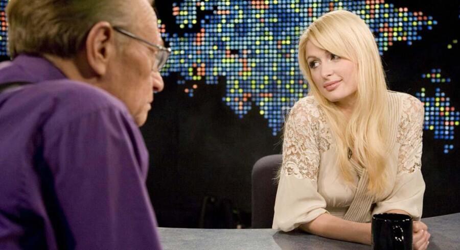 Talkshow vært Larry King har gennem 25 år interviewet verdens kendte, rige og magtfulde. Her Paris Hiltonet par dageefter sin løsladelse fra fængsel i 2007. Larry Kinger kendt for at lade sine gæster tale for sig selv.