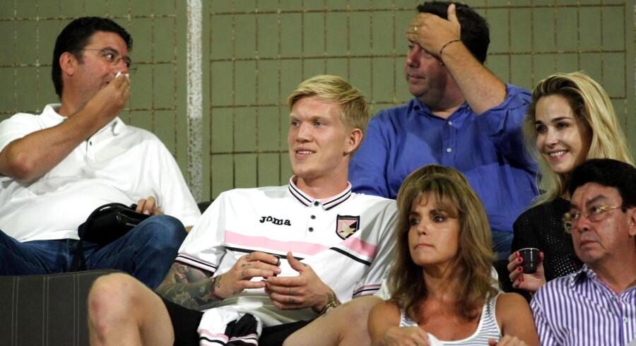 Simon Makienok følger Palermos premierekamp fra tribunen sammen med sin kone, Ibi Støvring Makienok (t.h.). Mandag fik angriberen debut for sin nye klub.