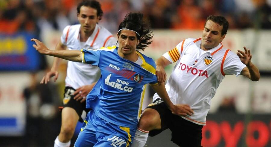 David Cortés (blå trøje) er på prøve i AGF. På billedet ses Cortés i kamp for Getafe mod Valencia tilbage i 2008.