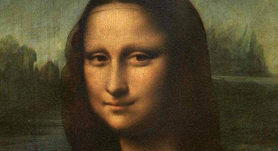 Italienske forskere har nærstuderet Mona Lisa, og ved at se på maleriet gennem store forstørrelsesglas har de opdaget, at der i den mørke maling i Mona Lisas øjne er skrevet nogle tal og bogstaver.