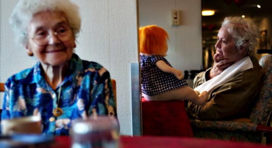 Erna Michelsen (th.) på 85 år er efter en blodprop i hjernen blevet svært dement. Hun kender ikke længere sine børn og har næsten intet sprog. Men dukken 'Luffe' kan med sine store øjne og røde hår bringe et sjældent smil frem i Ernas ellers ubevægelige ansigt.<br>Foto: Nanna Kreutzmann
