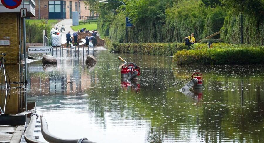 Kraftigt regnskyl ramte lørdag formiddag Videbæk. Det gav så store oversvømmelse i Videbæk Fritids- og Idrætscenter, at Beredskabsstyrelsen blev tilkaldt for at pumpe vandet væk, inden de trængte ind i svømmehallen. Flere huse langs Videbæk Bæk har vand i kælderen.