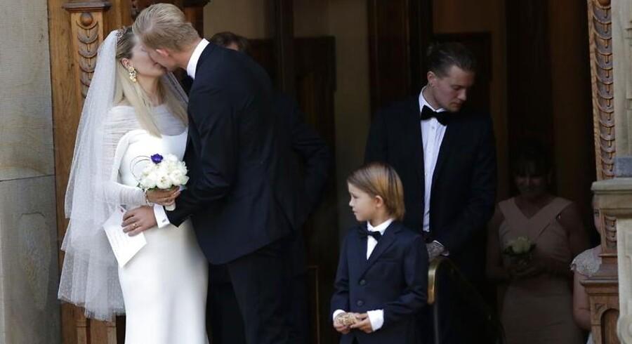 I dag, lørdag den 6. september, blev Brøndby-fyrtårnet Simon Makienok gift med sin udkårne, tv-værten Ibi Støving. Her giver brudeparret hinanden det obligatoriske kys foran Holmens Kirke i København.