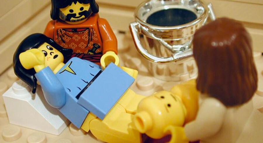 Jomfru LEGO-Maria føder LEGO-Jesus. Screendump: Thebricktestament.com