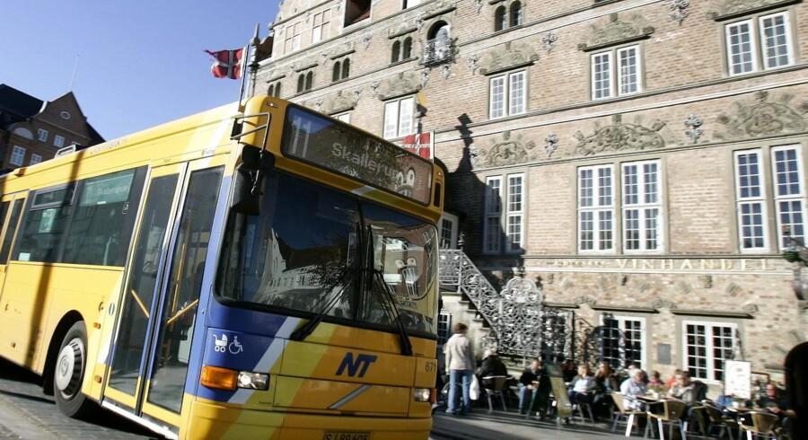 Hvorfor flager busserne? Det spørger danskerne ofte hinanden om - I dag er det til ære for vores udsendte soldater - på billedet ses en bus fra Aalborg, der flager for den lille ny tronarving, Prins Christian, i 2005.
