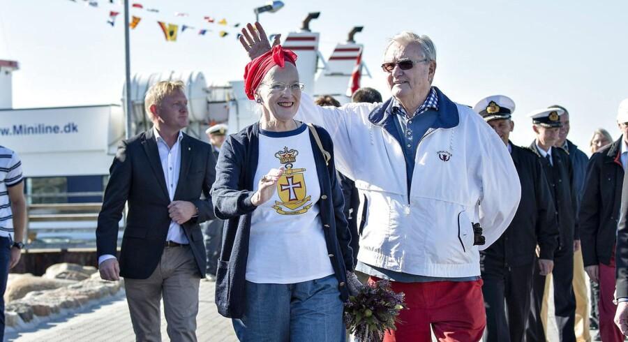 Regentparret Dronning Margrethe og Prins Henrik besøgte onsdag Limfjordsøen Livø ud for Rønbjerg i Himmerland, som en del af deres Sommertogt 2014. Om eftermiddagen gik turen til et af de højere udsigtspunkter med udsigt over Limfjorden, her ankommer regentparret til havnen på Livø med Livøfærgen. Klik videre for at se flere billeder af regentparrets sommertogt til Livø.