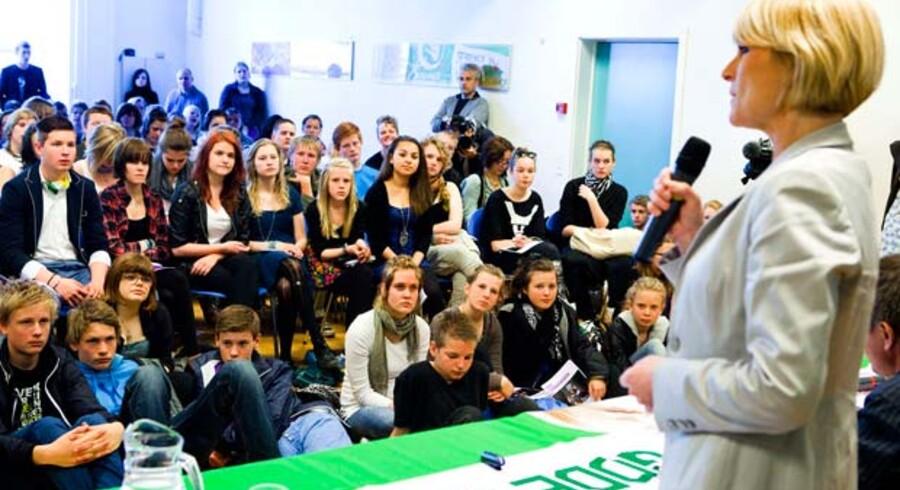 Undervisningsminister Tina Nedergaard, og en overfyldt skoleklasse.