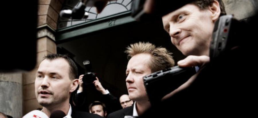 Presseopbuddet var massivt foran Københavns Byret, da  chefredaktør Niels Lunde og journalisterne Jesper Larsen og Michael Bjerre kom ud efter frifindelsen. <br>Foto: Linda Henriksen