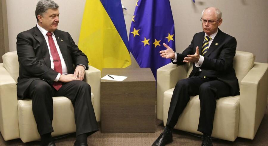 Ukraines præsident Petro Porosjenko sammen med den afgående formand for Det Europæiske Råd, Herman Van Rompuy, under lørdagens topmøde i Bruxelles.