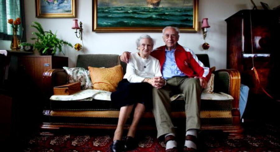 Den unge kvinde var 22 og manden 26. Året 1936. Tove og Børge Røhr blev gift efter knap to års kæresteri. I marts i år har de 70 års bryllupsdag, men gaver giver de ikke længere hinanden. »Vi har jo alt,« siger Tove og Børge.<br>Foto: Nanna Kreutzmann