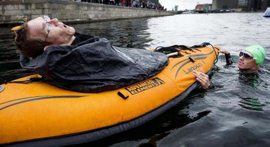 Omkring 3.000, heriblandt Team Tvilling, deltog søndag i motionsarrangementet Christiansborg Rundt, hvor både konkurrencesvømmere og amatører svømmede rundt i Københavns kanaler.