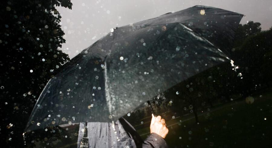 ARKIVFOTO. Regnvejret venter i kulissen for at indtage scenen i løbet af weekenden.