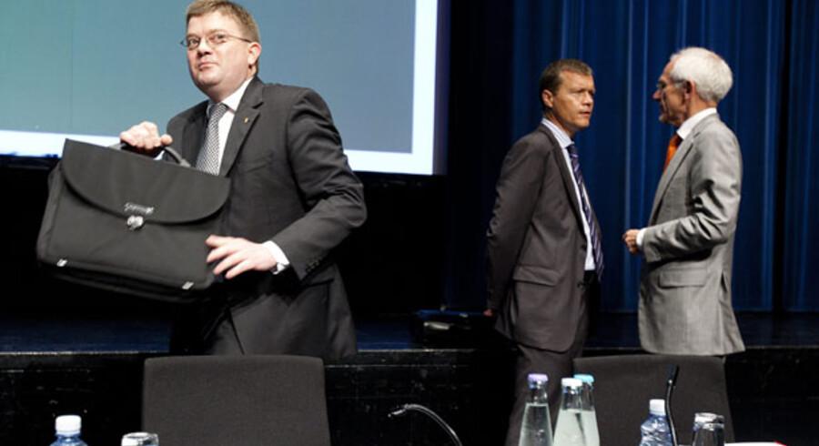 Trods weekendens svirrende fyringsrygter bliver Amagerbankens adm. direktør Jørgen Brændstrup (t.v.) efter alt at dømme ikke smidt på porten i denne omgang.