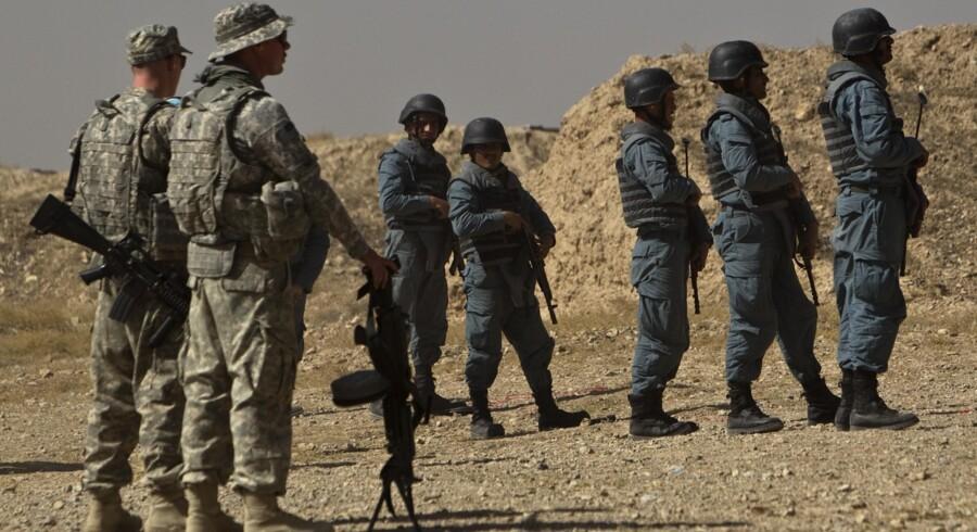 Amerikanske soldater træner afghanske politirekrutter i at skyde. I dag brugte en mand klædt i afghansk politiuniform sit våben mod Isaf-styrker. Seks blev dræbt.