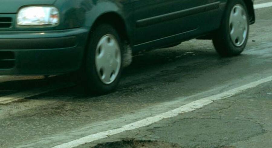 Kommunevejene faldt uden for Infrastrukturkommissionens kommissorium. Derfor kom der ingen anbefaling om vedligeholdelsen af kommunernes 95 procent af Danmarks veje. Og bl.a. derfor har nedbrydningen af kommunevejene siden kunnet fortsætte uhindret.