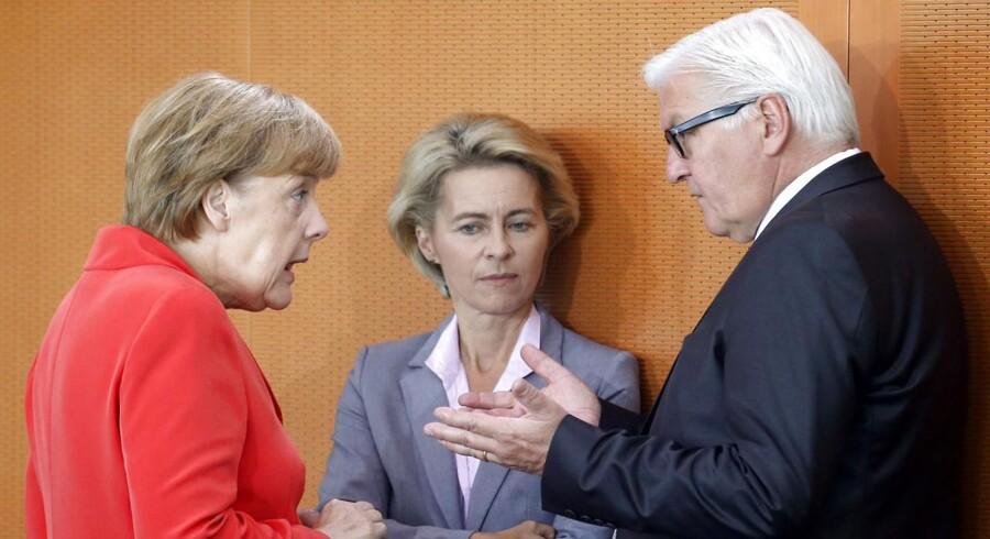 Tysklands kansler Angela Merkel, i samtale med forsvarsminister Ursula von der Leyen og udenrigsminister Frank-Walter Steinmeier under dagens kabinetmøde.