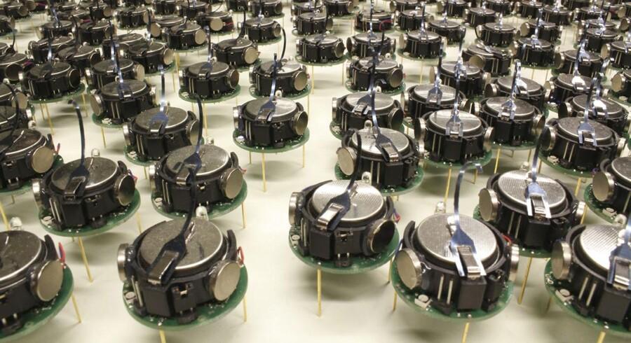 Forskerholdet, som består af IT-forskerne Michael Rubenstein, Radhika Nagpal og Alejandro Cornejo, har sammen produceret 1.024 centimeterstore robotter, som har fået tilnavnet 'Kilobotter'.