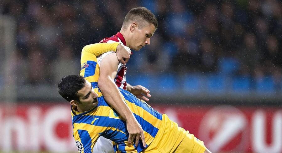Nicklas Helenius i duel modMarios Antoniadesi AaBs første kvalifikationskamp til Champions League-gruppespillet i sidste uge mod APOEL fra Nicosia på Cypern.