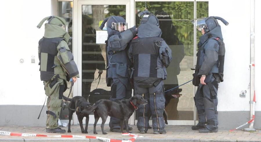 Flere ejendomme midt i Odense blev mandag eftermiddag evakueret på grund af en bombetrussel. Truslen er rettet mod jobcentret i Vindegade. Brandvæsnet er rykket ud med flere køretøjer, og også politiet er talstærkt til stede. Der er oprettet et såkaldt evakueringscenter på Katedralskolen, fremgår det af politiets tweet. Politiet har tilkaldt hærens sprængstofeksperter fra specialenheden EOD, og også bombehunde er rekvireret.