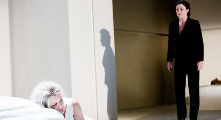 Mille Dinesen spiller Medea i stykket af samme navn på Betty Nansen Teatret. til højre Solbjørg Højfeldt som hendes afdøde mor.