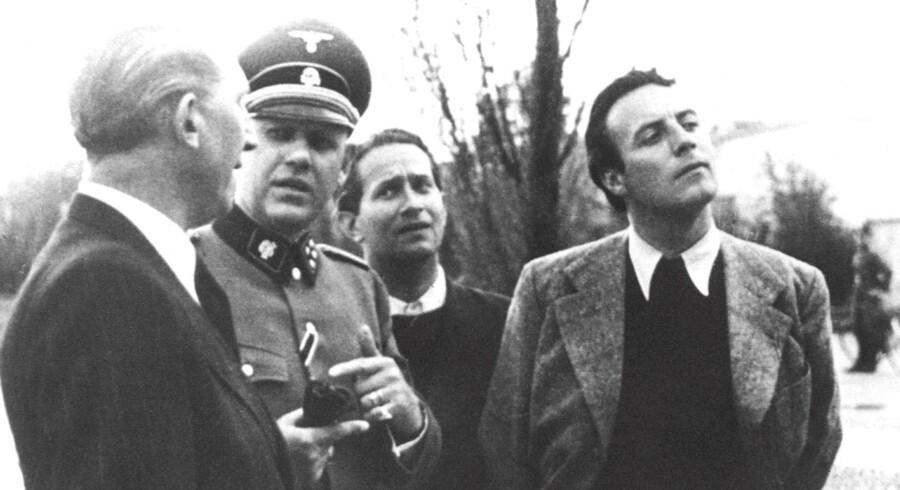 Johannes Heesters (th) under et besøg i koncentrationslejren Dachau i Tyskland i 1941.