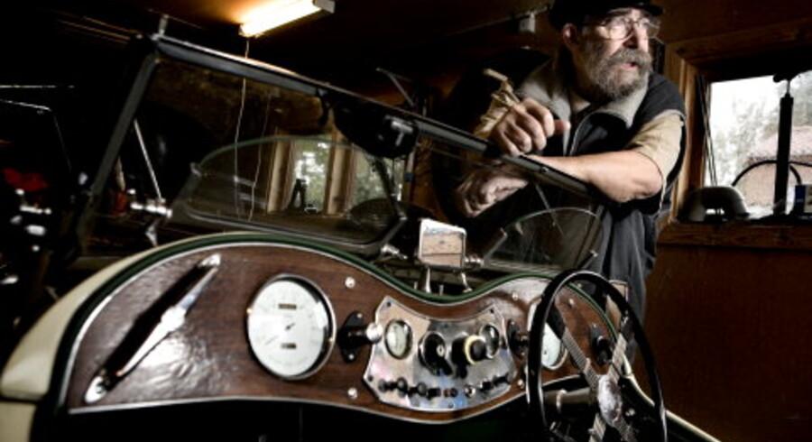 »Jeg må næsten tage den på med skohorn,« siger Ole Emil Riisager om sin nyerhvervelse MG¿en fra 1948. Bilen har været vidt omkring i verden, i USA, Holland og Sønderjylland, inden den havnede i garagen i Trørød. Foto: Bjarke Ørsted