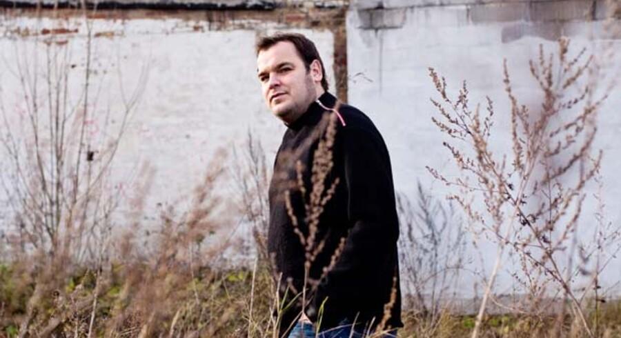 Musikproduceren Lars Pedersen, kendt som »Chief One«, oplevede som 22-årig at få et panikanfald. Han har siden i samarbejde med PsykiatriFonden holdt foredrag for unge om sine oplevelser.