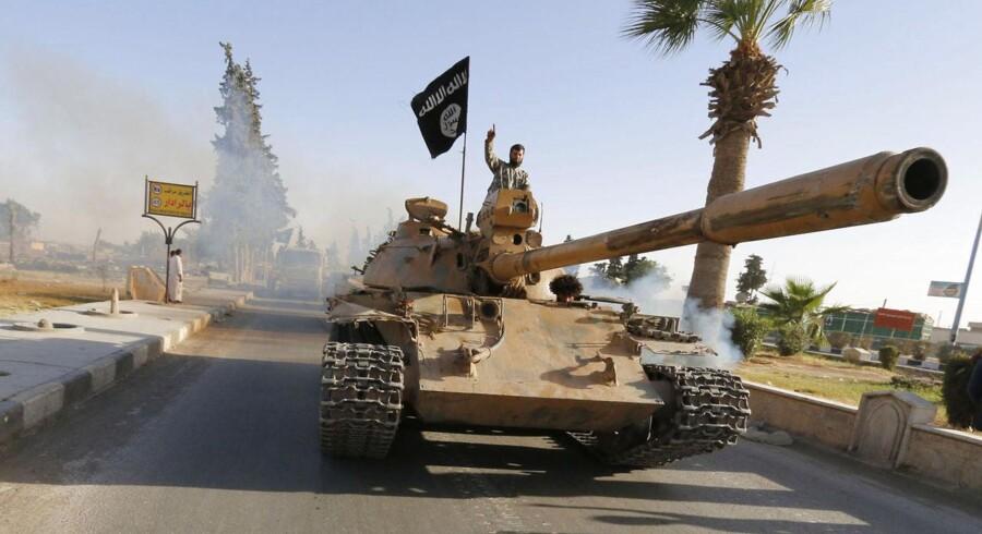 En kriger fra Islamisk Stat har erobret en kampvogn fra den irakiske hær.