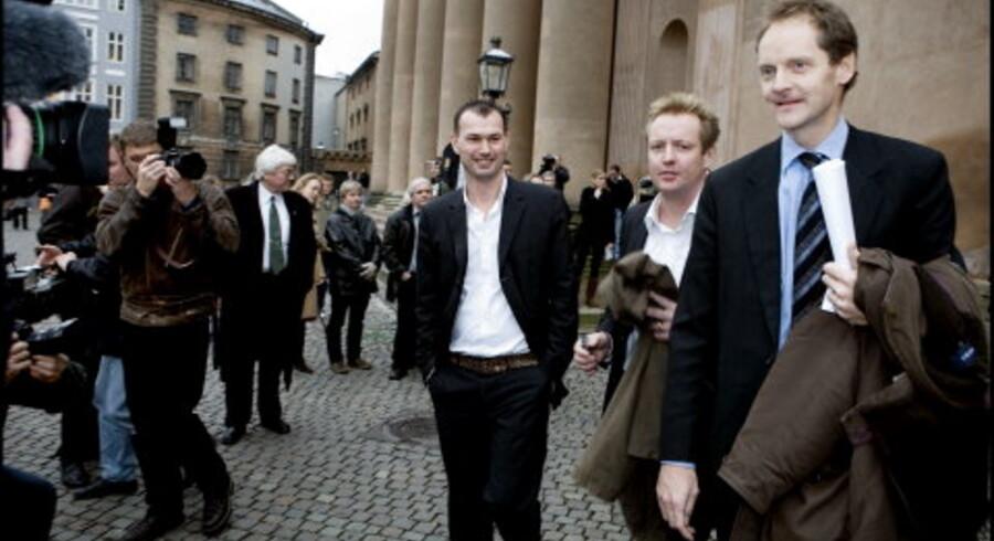 Det er en stor dag for  den frie presse, sagde chefredaktør Niels Lunde, da han sammen med  journalisterne Jesper Larsen og Michael Bjerre kom ud fra Københavns Byret i går. Foto: Linda Henriksen