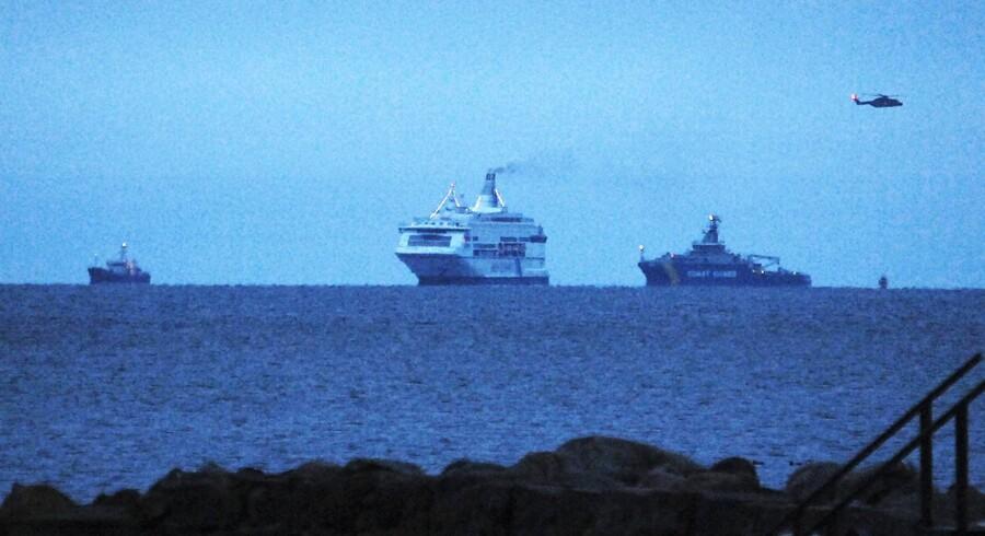 Pearl of Scandinavia omgivet af redningsfartøjer set fra Höganäs.