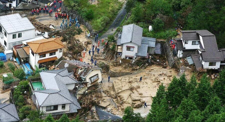 Politi og redningsarbejdere leder efter overlevne efter jordskredet i Hiroshima, Japan. Skoler og andre offentlige bygninger er blevet til nødhjælpscentre for evakuerede beboere.