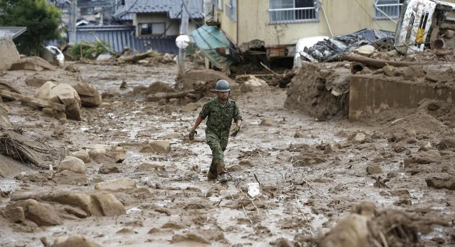 Voldsomt regnvejr har udløst flere jordskred i Hiroshima, hvor huse, biler, veje og mennesker er blevet revet med af de enorme naturkræfter. Mange af de omkomne er børn, og Japans premierminister har sendt flere hundrede soldater til området for at redde så mange som muligt, før et nyt jordskred rammer.