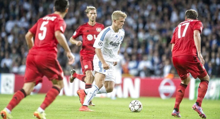 FCKs Andreas Cornelius omgivet af Bayer Leverkusen-spillere.