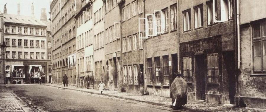 Helsingørsgade var omkring 1900 mest kendt for den tætte koncentration af offentlige huse. Gaden, der strakte sig diagonalt mellem Adelgade og Borgergade, som ses i baggrunden, blev bortsaneret efter anden verdenskrig. Foto fra 1905.