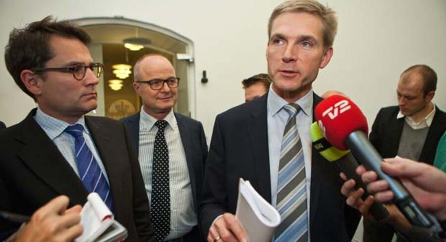 Det konservative bagland er ved at være trætte af stramninger af udlændingepolitikken. Ved sidste finanslov indgik regeringen og Dansk Folkeparti en aftale om et pointsystem for indvandrere. Brian Mikkelsen (K) (tv.) og Kristian Thulesen Dahl fra Dansk Folkeparti foran Finansministeriet.