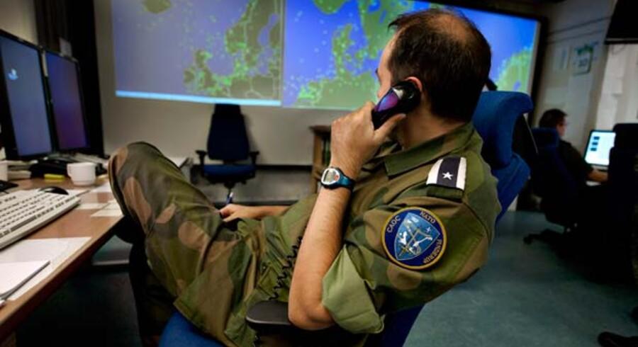 En NATO-officer foran skærmene, der viser, hvad der bevæger sig i luftrummet