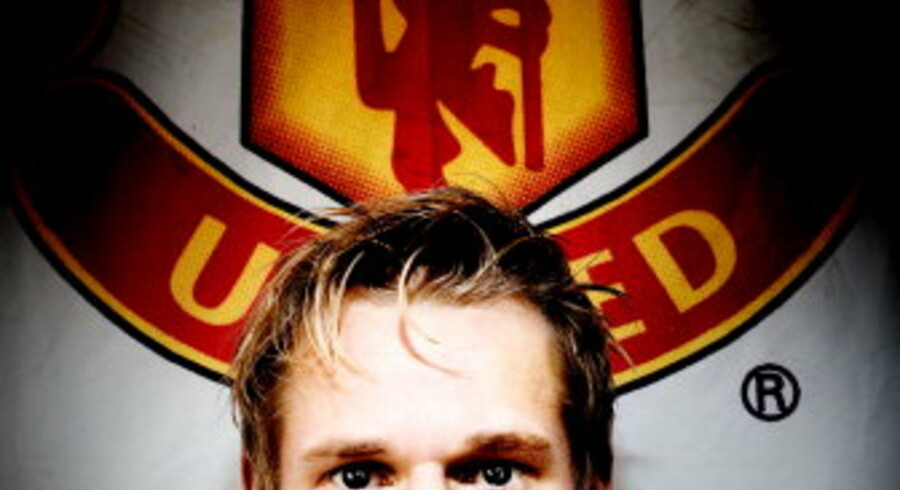 Den 22-årige ingeniørstuderende Rune Andersen nægter at købe fan-tøj i protest mod Manchester Uniteds amerikanske ejer, pengemanden Malcolm Glazer. Men supporterflaget tager han altid med til kampene. Foto: Kristian Brasen