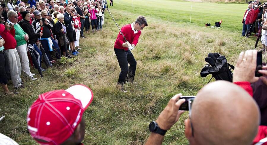 Kronprins Frederik må en tur i roughen på Himmerlands Golf & Spa. Banen lægger før første gang kulisse til en Europea-tour-turnering, når der torsdag tages hul på turneringen, der kaldes Made in Denmark. Onsdag fik Kronprins Frederik en mulighed for at teste banen, da han gik en runde med Danmarks førende golfspiller Thomas Bjørn, racerkørerer Tom Kristensen og dynekongen Lars Larsen, der har lagt den finansielle baggrund for både Himmerland Golf og Spa og Made in Denmark.Klik videre og se flere billeder fra kronprinsens golfrunde.