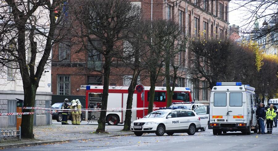 Politi og bomberyddere ved den tyske ambassade i Stockholmsgade på Østerbro i København.