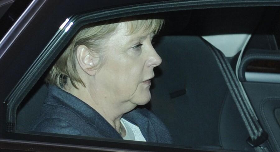 En pakke indeholdende sprængstof blev mandag eftermiddag fundet på postkontoret i den tyske kansler Merkels kontorbygning. Her er hun på vej til kontoret. Hun var i Belgien, da pakken blev fundet.