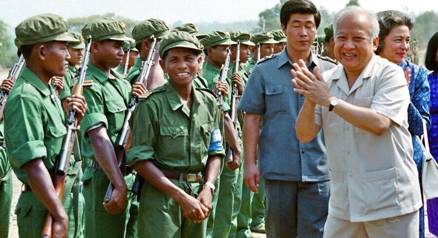 Tropper fra de Røde Khmerer under et møde med tidligere konge i Cambodja, Norodom Sihanouk (til højre), i 1992.