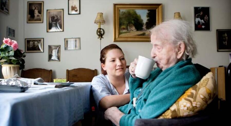 Er det ældgamle liv godt og værdigt, spørger Karen West og efterlyser en debat om det. Her får en beboer hjælp af Manja Bjørk på Engskrænten i Rødovre.
