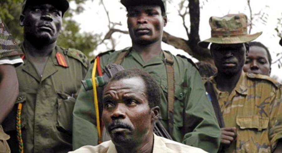 Joseph Kony (i hvid skjorte), <br>da han 1. august tilbød Ugandas regering våbenhvile. <br>Foto: Reuters
