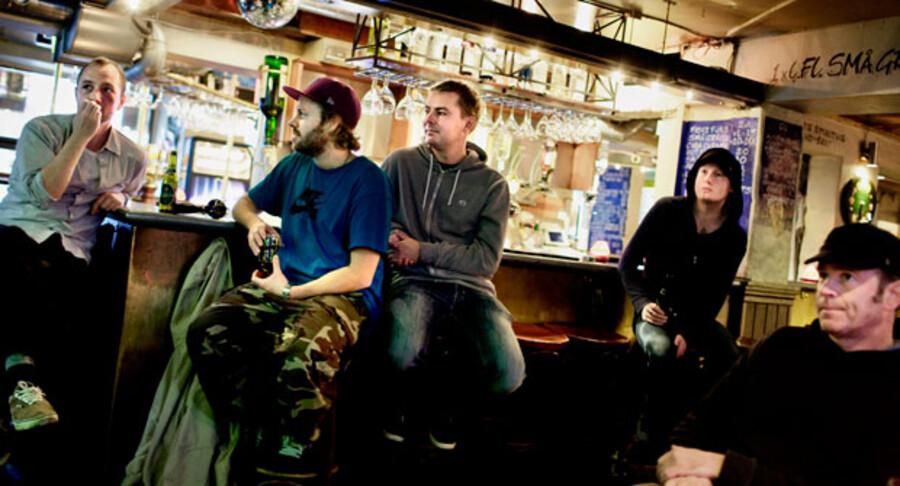 Tre kammerater nyder et røgfrit miljø på Café Ludwigsen på Vesterbro.